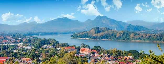 Luang prabang vista della città dal punto di vista, vista sul fiume mekong. luang prabang è una città del patrimonio mondiale in laos.