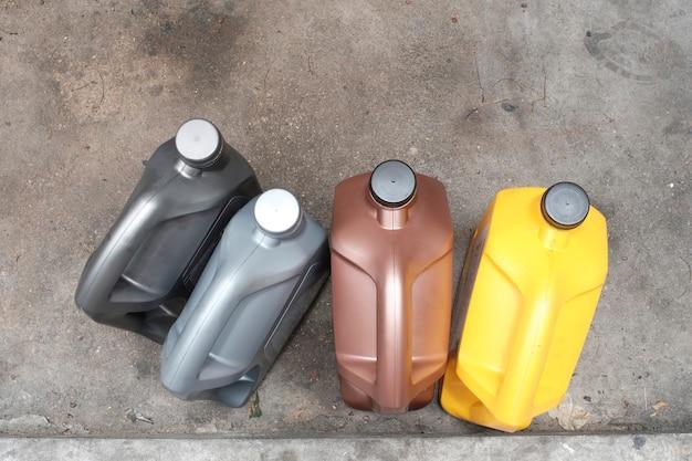 Galloni di lubrificante sul pavimento, vista dall'alto