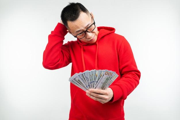 L'uomo fortunato ha vinto alla lotteria e ha ricevuto denaro su uno sfondo bianco