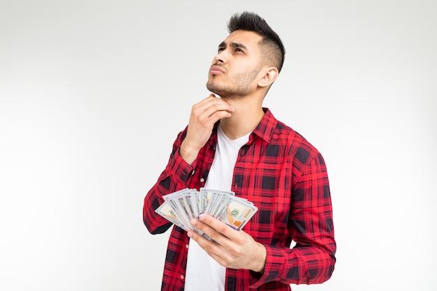 L'uomo fortunato ha vinto alla lotteria e ha ricevuto denaro su un bianco