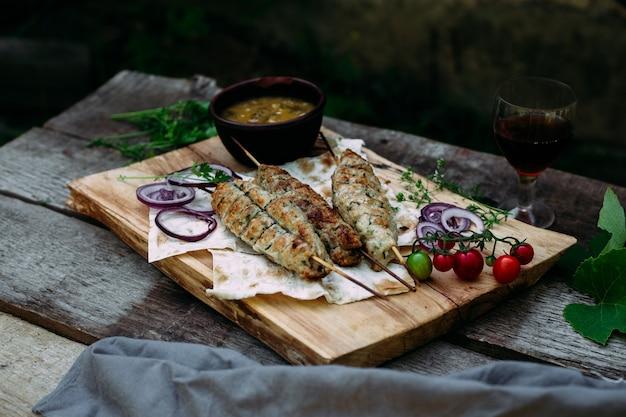 Lula kebab su pane pita con verdure