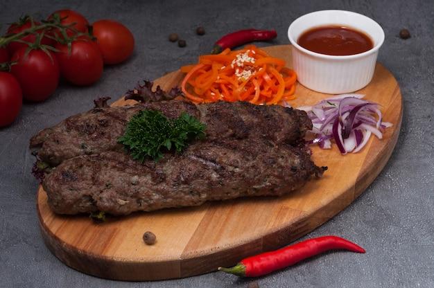 Lula kebab di agnello con carote e salsa di pomodoro