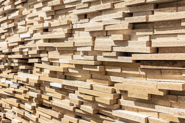 Magazzino legname all'interno del magazzino si trova una grande pila di pannelli truciolari