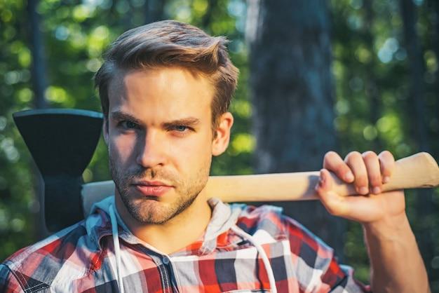Boscaiolo con ascia in mano in una foresta