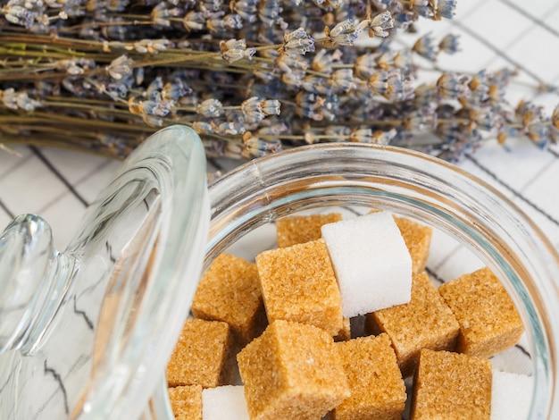 Zolletta di zucchero istantaneo e un bouquet di lavanda