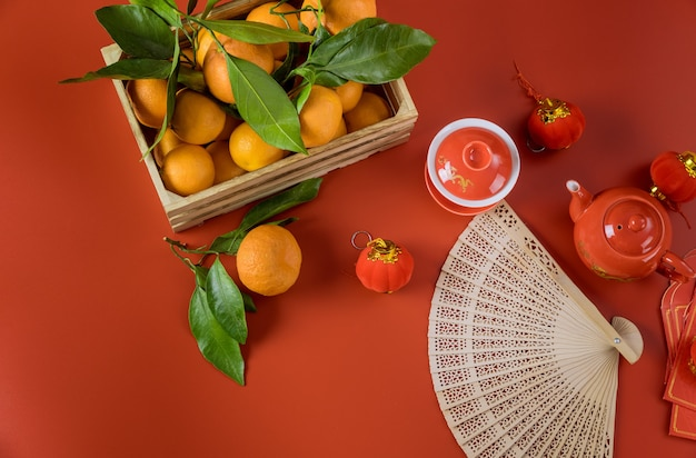 Celebrazioni lunari del nuovo anno cinese felice con set da tè di cerimonia su mandarini rossi