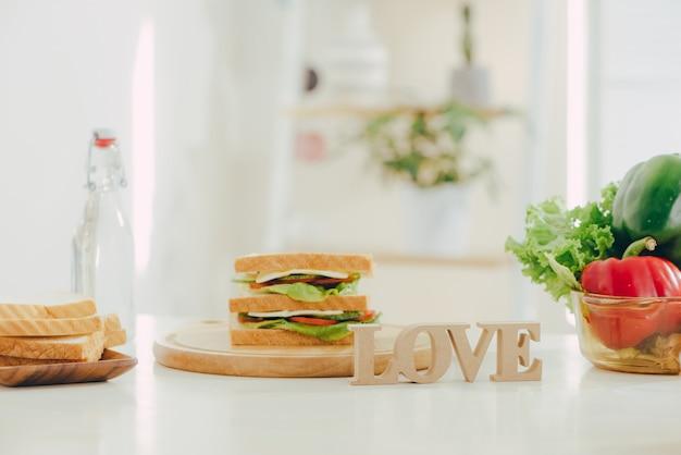 Lunch box e cibo sano su sfondo isolato isolated