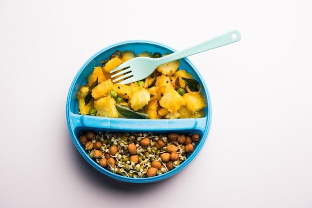 Lunch box o tiffin per bambini indiani, include pane vegetale upma con germogli, messa a fuoco selettiva