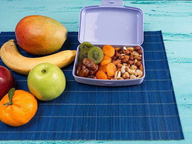 Lunch box con cibo appetitoso e su un tavolo di legno chiaro. copia spazio.