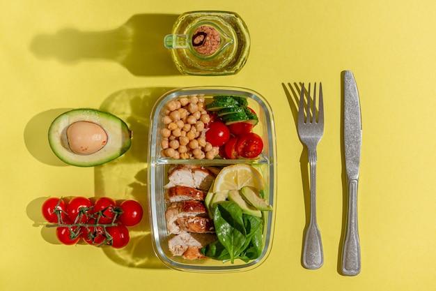 Lunch box con pollo avocado cetriolo pomodoro e spinaci