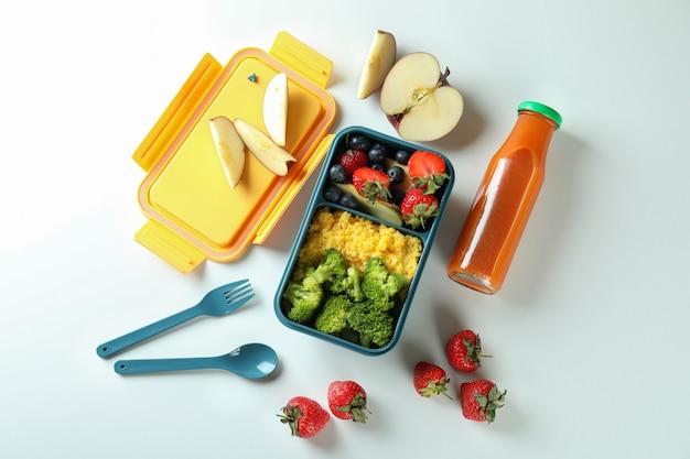 Lunch box con cibo gustoso su sfondo bianco Foto Premium