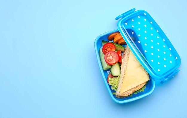 Lunch box con cibo gustoso