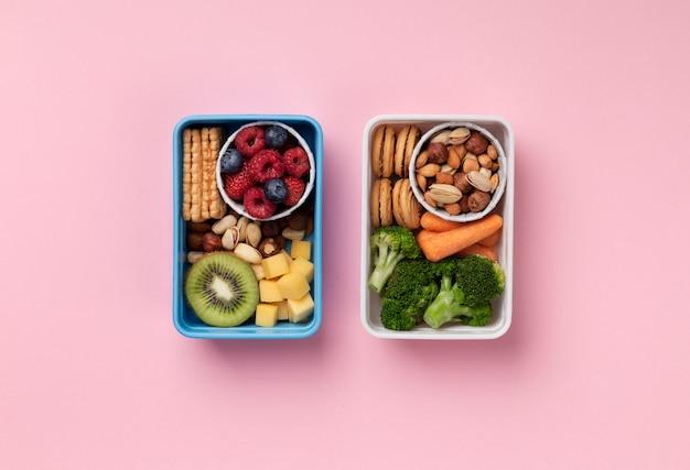 Disposizione dei cestini del pranzo distesi