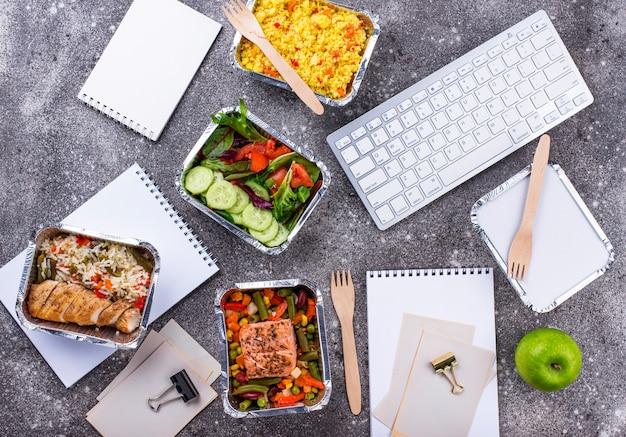 L'ora di pranzo in ufficio consegna cibo food