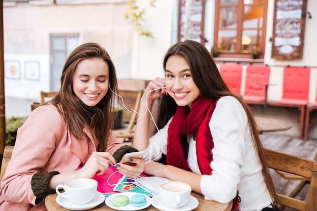 Pranzo di due amiche della moda.