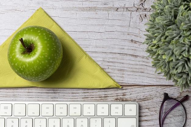 Pranzo al panino sano del posto di lavoro vicino al computer portatile sul tavolo di lavoro. cibo domestico per il concetto di ufficio