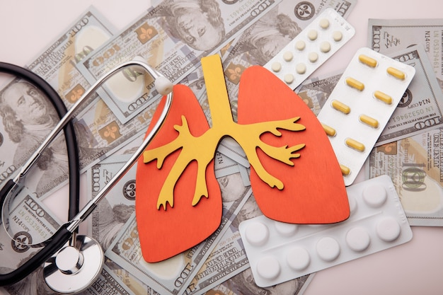 Malattie polmonari concetto di trattamento organo denaro e pillole closeup