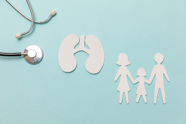 Concetto medico di terapia della salute polmonare. stetoscopio di modello di simbolo di ritaglio di famiglia di polmoni laici piatti su sfondo blu pastello. malattia respiratoria polmonite tubercolosi bronchite asma ascesso polmonare covid-19