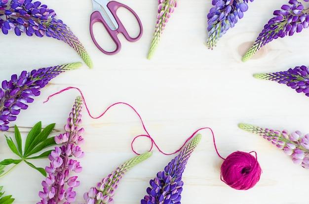 Lupini per bouquet su fondo in legno. fiori di stagione. accessori per fiorista.