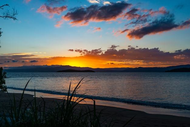I colori lussureggianti del tramonto sulla spiaggia di ponta do sambaqui