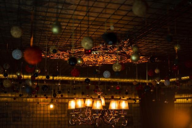 Soffitto festivo vintage di natale stupendo, stupendo, stupendo, decorato con varie luci colorate e ghirlande. .giocattoli di natale. atmosfera familiare e accogliente. avvicinamento