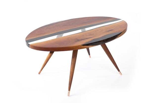 Lussuoso tavolo in castagno con resina epossidica su fondo bianco, vista laterale