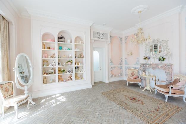 Lussuosa e costosa camera dal design interno in vecchio stile barocco nei colori beige