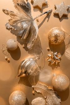 Lussuoso piatto di natale in oro con vari ornamenti su uno sfondo dorato