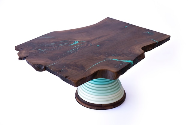 Lussuoso tavolo fatto a mano su uno sfondo bianco