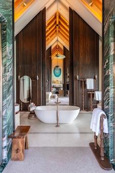 Interni lussuosi di una ricca villa d'acqua molto costosa alle maldive, decorata con legno naturale.