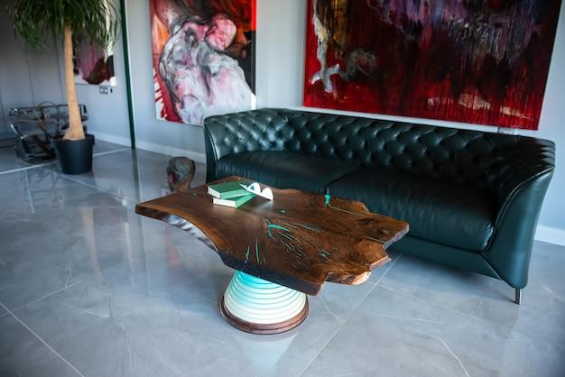 Camera lussuosa con tavolo in legno su misura