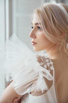 Lussuoso abito da sposa bianco sul corpo delle ragazze. nuova collezione di abiti da sposa. sposa del mattino