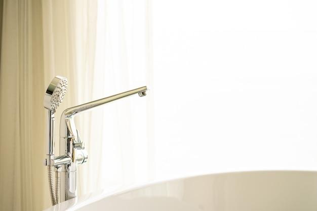 Bagno doccia di lusso con sfondo a tendina e illuminazione dalla porta con spazio per le copie