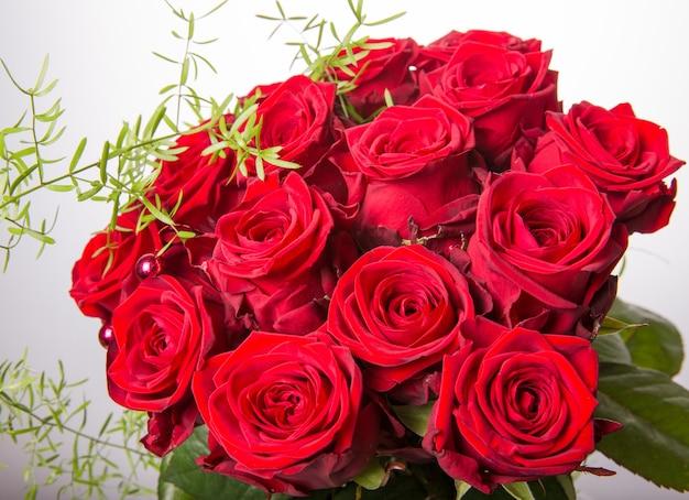 Bouquet di lusso fatto di rose rosse nel negozio di fiori san valentino bouquet di rose rosse. concetto di compleanno, festa della mamma, san valentino, donna, giorno del matrimonio