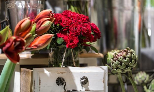 Bouquet di lusso fatto di rose rosse nel negozio di fiori