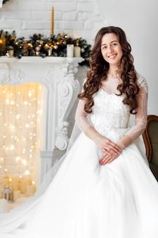 Sposa di lusso in abito da sposa per natale. sposa di lusso in abito da sposa per natale.