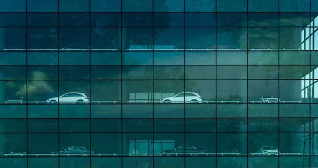 Auto di lusso parcheggiata all'edificio del parcheggio multipiano parcheggio multipiano edificio sostenibile