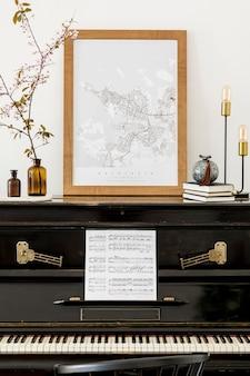 Composizione di lusso all'interno del soggiorno con pianoforte nero, mappa poster mock up, fiori primaverili, libri, lampada di design ed eleganti accessori personali in un arredamento moderno.