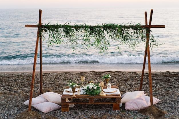 Tavolo decorato di lusso per un appuntamento romantico dettagli festivi tovaglia candele piatti bicchieri