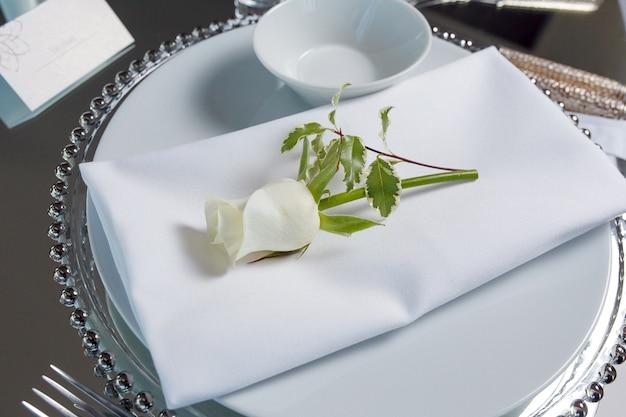 Decorazione di lusso con un set di un tavolo a specchio con rose