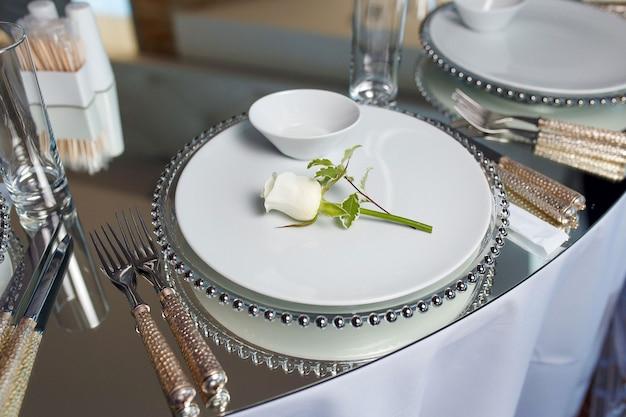 Decorazione di lusso con un set di uno specchio da tavolo con rose