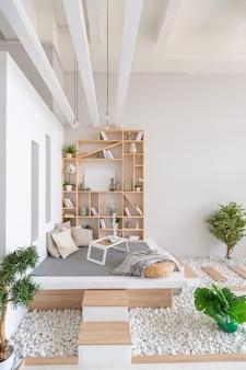 Lussuoso appartamento dal design moderno e alla moda con un layout gratuito in uno stile minimalista.