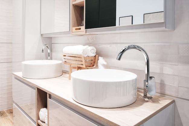Miscelatore rubinetto di lusso all'interno del bellissimo bagno.