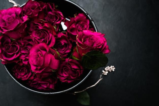 Composizione floreale di lusso in stile gotico in confezione regalo per una persona straordinaria