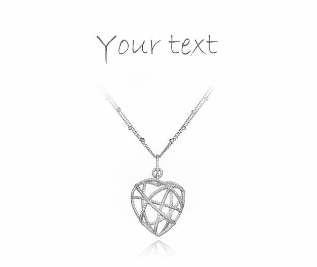 Pendente di lusso a forma di cuore con diamanti su sfondo bianco