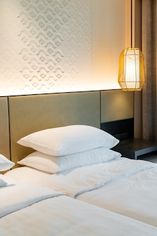 Camera d'albergo di lusso con morbidi cuscini