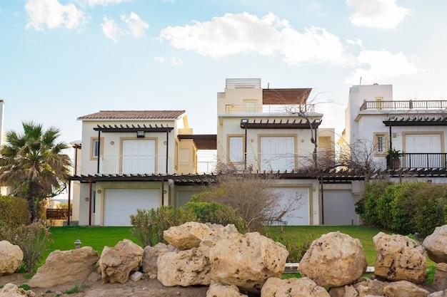 Casa di lusso sulla costa greca. ville moderne sul mare