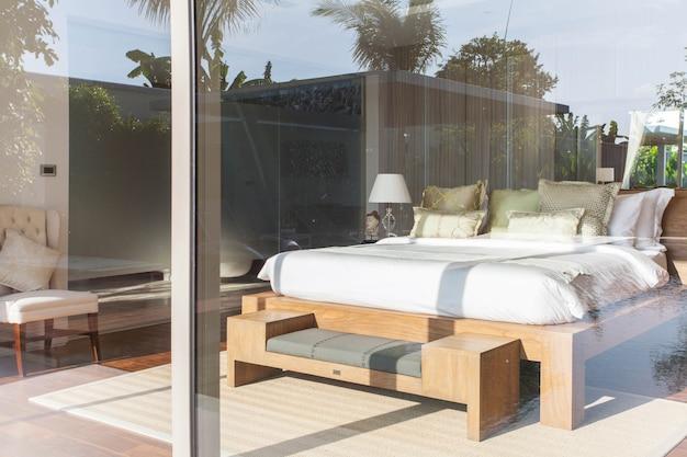 Interior design di lusso in camera da letto di ville con piscina