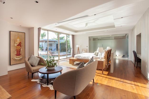 Interior design di lusso nel salotto di ville con piscina