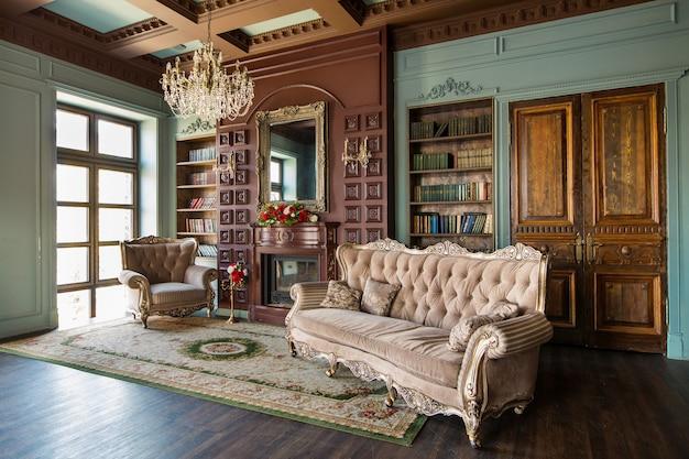 Interni di lusso della biblioteca domestica. salotto con mobili eleganti